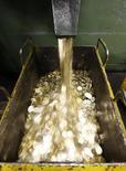 Машина чеканит 10-рублевые монеты на заводе в Санкт-Петербурге, 9 февраля 2010 года. Рубль в четверг бодро восстанавливается после глубокого вечернего падения накануне благодаря крупным продажам экспортной выручки по высокому текущему номинальному курсу доллара; также свою роль играют спекулятивные потоки на фоне позитивной динамики глобальных рынков и отскока нефти от утренних минимумов. REUTERS/Alexander Demianchuk