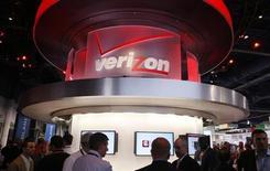 Stand Verizon au salon Consumer Electronics Show de Las Vegas. Le premier opérateur mobile aux Etats-Unis a fait état d'une hausse, à peu près conforme aux attentes, de son chiffre d'affaires du premier trimestre 2013, à la faveur d'une augmentation plus marquée que prévu du nombre de nouveaux abonnés à ses activités mobiles. /Photo prise le 8 janvier 2013/REUTERS/Rick Wilking