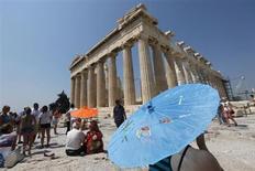L'Acropole à Athènes. Les recettes générées par le secteur touristique en Grèce devraient retrouver cette année leur niveau d'avant la crise, après le retour de la stabilité politique, selon un représentant du secteur. /Photo d'archives/REUTERS/Pascal Rossignol