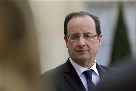 French President Francois Hollande attends a news conference with a guest in the courtyard of the Elysee Palace in Paris, April 17, 2013. REUTERS/Philippe Wojazer