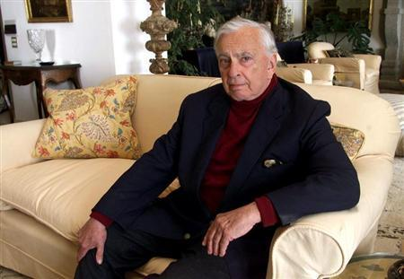 U.S. author Gore Vidal poses at his home in Ravello, southern Italy May 9, 2001. REUTERS
