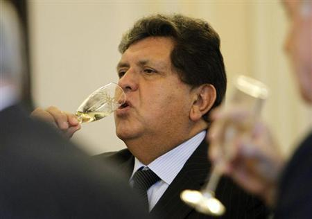Alan Garcia toasts with ministers during his last cabinet meeting at the government palace in Lima, July 27, 2011. REUTERS/Mariana Bazo