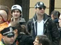 Фото, на котором запечатлены подозреваемые в организации взрывов во время Бостонского марафона, 18 апреля 2013 года. Следователи обнародовали фотографии и видео двух подозреваемых в организации взрывов во время проведения Бостонского марафона и призвали общественность помочь идентифицировать зафиксированных на кадрах мужчин. REUTERS/FBI/Handout