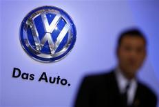Volkswagen s'est fixé comme objectif de vendre trois millions de véhicules en Chine cette année, contre 2,8 millions en 2012, a dit vendredi Jochem Heizmann, président de Volkswagen China, lors de la 15e édition du salon automobile de Shanghai. /Photo prise le 19 avril 2013/REUTERS/Carlos Barria