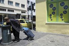 A Athènes. La part disponible des revenus des ménages grecs s'est réduite de 8,3% en rythme annuel au cours du dernier trimestre 2012, en raison des mesures d'austérité budgétaire prises par le gouvernement et du niveau sans précédent du chômage. /Photo d'archives/REUTERS/Pascal Rossignol