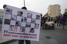 Homem segura cartaz anti-F1 durante um protesto na vila de Jidhafs, no Barein. Manifestantes aproveitaram a realização do Grande Prêmio do Barein de Fórmula 1 para protestar a favor da democracia no país, uma monarquia, e entraram em confronto com a polícia local. 20/04/2013 REUTERS/STRINGER