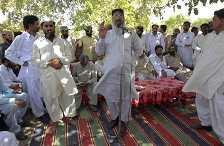 Radical Sunni cleric Maulana Ahmed Ludhianvi (C) addresses his supporters during his election campaign in Jhang, Punjab province April 16, 2013. Picture taken April 16, 2013. REUTERS/Zohra Bensemra