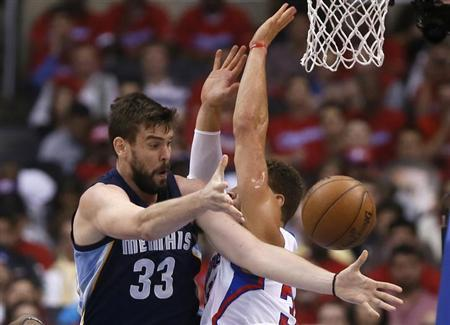 Memphis Grizzlies Marc Gasol of Spain passes around Los Angeles Clippers Blake Griffin during Game 1 of their NBA Western Conference Quarterfinals basketball playoff series in Los Angeles, April 20, 2013. REUTERS/Lucy Nicholson