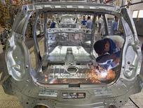 General Motors construira quatre nouvelles usines d'ici 2015 en Chine pour porter sa capacité de production annuelle dans le pays à cinq millions de véhicules. /Photo d'archives/REUTERS/Shamil Zhumatov
