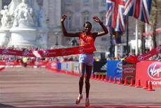 Queniana Priscah Jeptoo é vista vencer prova feminina da Maratona de Londres. Jeptoo aproveitou a queda da etíope campeã olímpica Tiki Gelana e proporcionou ao Quênia a terceira vitória consecutiva na prova neste domingo. 21/04/2013 REUTERS/Andrew Winning