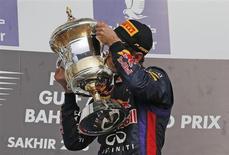Piloto de Fórumla 1 da Red Bull, Sebastian Vettel, beija seu troféu durante cerimônia de premiação no Barein. O campeão mundial venceu o GP do Bahrein neste domingo pela segunda vez consecutiva e aumentou sua vantagem na liderança do campeonato para 10 pontos após quatro corridas. 21/04/2013 REUTERS/Ahmed Jadallah