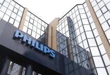 """Логотип Philips перед входом в здание офиса компании в Брюсселе, 11 сентября 2012 года. Прибыль Philips оказалась несколько выше среднего уровня ожиданий, однако голландский производитель медицинских товаров, электроники и осветительных приборов прогнозирует слабое полугодие из-за """"негативных тенденций на рынке"""" в США и Европе. REUTERS/Francois Lenoir"""