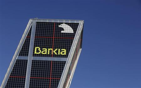 The headquarters of Spain's Bankia bank is seen behind a red traffic light in Madrid November 28, 2012. REUTERS/Andrea Comas