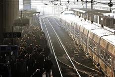 Un rapport remis lundi à Jean-Marc Ayrault propose au gouvernement d'unifier l'ensemble du rail français au sein d'un service public intégré. L'une des propositions phares consiste à regrouper au sein d'un nouveau pôle le propriétaire des lignes ferroviaires, Réseau Ferré de France (RFF), et les opérations d'entretien assurées par la SNCF. /Photo d'archives/REUTERS/Charles Platiau