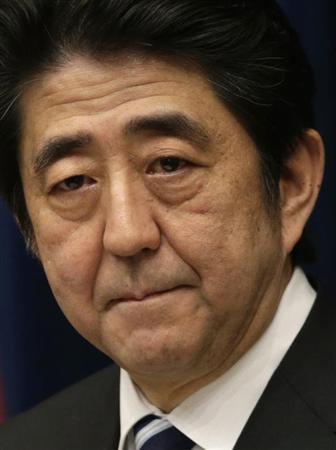 4月22日、安倍首相は持続的成長と財政健全化の両立が重要だと述べ、年央に取りまとめる予定の「骨太の方針」に経済再生の道筋とあわせ、財政健全化の方向性を盛り込むよう指示した。写真は3月撮影(2013年 ロイター/Toru Hanai)