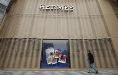 Le titre Hermès avance de 1,33% à la mi-séance à la Bourse de Paris tandis que le CAC 40 progresse de 0,5% vers 13h35, soutenu comme les autres places européennes par la réélection du président italien Giorgio Napolitano, qui ouvre la porte à la formation d'un gouvernement après deux mois d'atermoiements. /Photo prise le 19 janvier 2013/REUTERS