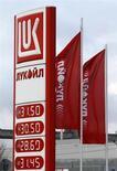 Флаги с логотипом Лукойла на заправке в Санкт-Петербурге, 27 ноября 2012 года. Таможня Болгарии отозвала одну из лицензий, принадлежащих НПЗ Лукойла, что может серьезно повлиять на работу и продажи предприятия, сообщила болгарская таможня в понедельник. REUTERS/Alexander Demianchuk