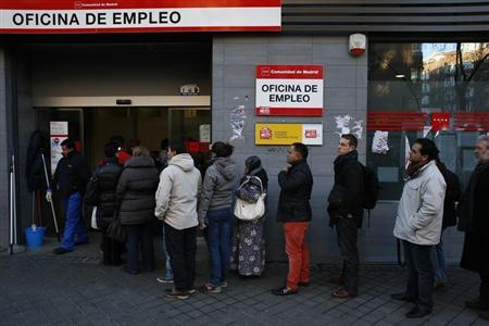 People wait in line to enter a government job centre in Madrid February 7, 2013. REUTERS/Susana Vera