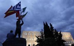 Manifestants devant le Parlement grec à Athènes. La Grèce, le Portugal et l'Espagne ne renoueront probablement pas avec la croissance avant l'an prochain et le produit intérieur brut irlandais ne devrait connaître qu'une progression limitée, même si elle dépasse la moyenne de la zone euro, selon une enquête Reuters. /Photo d'archives/REUTERS/John Kolesidis