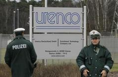 Policiers allemands devant l'usine Urenco de Gronau, à la frontière avec les Pays-Bas, lors d'une manifestation antinucléaire. Le gouvernement britannique a lancé la mise en vente prochaine, partielle ou totale, de sa participation de 33% dans le spécialiste de l'enrichissement d'uranium, deuxième fournisseur mondial de combustible nucléaire, détenu à parité par la Grande-Bretagne, les Pays-Bas et l'Allemagne. /Photo prise le 11 mars 2012/Reuters/Wolfgang Rattay