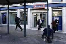 La banque grecque Eurobank renonce à son projet d'augmentation de capital, une opération censée lui permettre de renforcer son bilan, et annonce qu'elle sera recapitalisée par le fonds public de soutien au secteur, ce qui équivaut à sa nationalisation. /Photo prise le 10 décembre 2012/REUTERS/Yorgos Karahalis