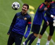 Jogadoor do Barcelona, Lionel Messi, é visto durante sessão de trieno em Munique. Messi melhorou da lesão muscular na perna e poderá enfrentar o Bayern de Munique no primeiro jogo da semifinal da Liga dos Campeões, na terça-feira, em Munique, disse nesta segunda-feira o diretor esportivo do clube catalão, Andoni Zubizarreta. 22/04/2013 REUTERS/Michael Dalder
