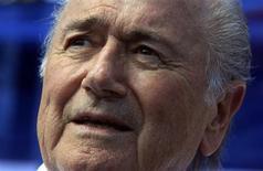 """Le compte Twitter de Sepp Blatter, le président de la Fifa, a été piraté lundi par un groupe affichant son soutien au président syrien Bachar al Assad. Les pirates informatiques ont utilisé le profil de Sepp Blatter pour lui faire annoncer sa démission """"en raison d'accusations de corruption"""" et lui faire dire que le Qatar l'avait soudoyé pour obtenir l'organisation de la Coupe du monde de 2020. /Photo prise le 17 avril 2013/REUTERS/Enrique De La Osa"""