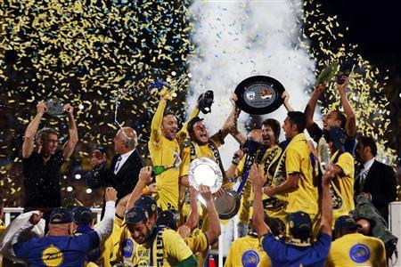 Maccabi Tel Aviv players celebrate winning the Israeli Premier League title at the end of their soccer match against Hapoel Ramat Hasharon in Ramat Gan April 22, 2013. REUTERS/Nir Elias