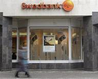 Le bénéfice opérationnel de Swedbank est supérieur aux attentes au titre du premier trimestre à la faveur de revenus nets d'intérêt meilleurs que prévu. Sa concurrente SEB a en revanche fait état d'une progression décevante de son bénéfice opérationnel du premier trimestre, le revenu des commissions ayant été inférieur aux attentes. /Photo d'archives/REUTERS/Ints Kalnins