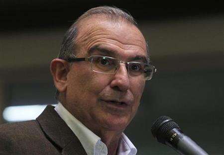 Colombia's lead government negotiator Humberto de la Calle addresses the media during a conference in Havana March 21, 2013. REUTERS/Enrique De La Osa