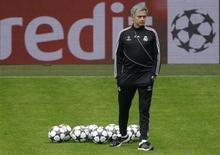 Técnico do Real Madrid, José Mourinho, observa seu time durante uma sessão de treino em Dortmund, na Alemanha. O título inglês do Manchester United não foi nenhuma surpresa para Mourinho, que elogiou o técnico Alex Ferguson nesta terça-feira e disse que ganhar era a vida dele. 23/04/2013 REUTERS/Ina Fassbender