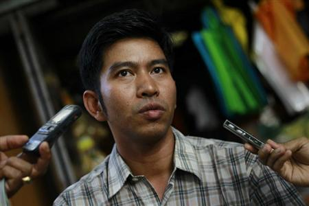 Political prisoner Kyaw Zin Min talks to reporters after his release in front of Insein prison in Yangon April 23, 2013. REUTERS/Soe Zeya Tun