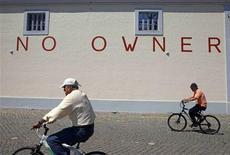 Dans une rue de Lisbonne mardi. Les recettes fiscales du Portugal ont augmenté de 5% au premier trimestre et le déficit public est resté inférieur au plafond prévu par le plan d'aide de l'Union européenne et du Fonds monétaire international. /Photo prise le 23 avril 2013/REUTERS/Jose Manuel Ribeiro