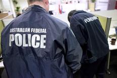 La police australienne a annoncé mercredi l'arrestation d'un homme qui se dit le chef de LulzSec, un groupe de hackers qui s'est attaqué l'an dernier à plusieurs grandes entreprises, dont Sony Pictures. Le suspect, qui est âgé de 24 ans, a été inculpé mardi pour piratage informatique. /Photo prise le 24 avril 2013/REUTERS/Police fédérale australienne