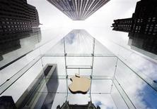 Логотип Apple на здании магазина Apple Store в Нью-Йорке 20 сентября 2012 года. Apple Inc пошла на уступки акционерам и поделится с ними частью своего $145-миллиардного банковского счета на фоне первого более чем за 10 лет снижения квартальной прибыли. REUTERS/Lucas Jackson