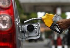 Работник АЗС в Джакарте заправляет автомобиль 18 апреля 2013 года. Цены на нефть Brent держатся выше $100 за баррель на фоне опасений, что ОПЕК сократит добычу. REUTERS/Beawiharta