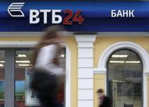 Люди проходят мимо отделения банка ВТБ в центре Москвы 3 апреля 2013 года. Второй по величине госбанк РФ ВТБ увеличил чистую прибыль, рассчитанную по международным стандартам, на 69,8 процента до 30,4 миллиарда рублей в четвертом квартале 2012 года с 17,9 миллиарда рублей за тот же период предыдущего года, сообщил банк. REUTERS/Sergei Karpukhin