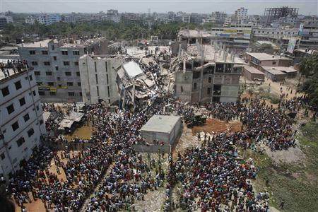 Crowds gather at the collapsed Rana Plaza building as people rescue garment workers trapped in the rubble, in Savar, 30 km (19 miles) outside Dhaka April 24, 2013. REUTERS-Andrew Biraj