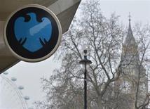 Barclays a vu son bénéfice baisser au premier trimestre, la bonne performance de la banque d'investissement et de financement (BFI) ne permettant pas de compenser une lourde charge exceptionnelle liée au plan de restructuration lancé par son nouveau directeur général. /Photo prise le 12 février 2013/REUTERS/Toby Melville