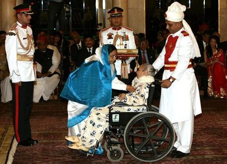 Play-back singer Shamshad Begum (C, on wheel-chair) receives India's civilian award, Padma Bhushan, from Indian President Pratibha Patil during an award ceremony at the presidential palace in New Delhi March 31, 2009. REUTERS/B Mathur/Files