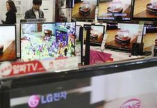 Le coréen LG Electronics a vu son bénéfice au titre du premier trimestre chuter de 13% en raison d'une réduction drastique des marges dans le secteur des téléviseurs, que n'a pas compensé l'embellie du marché des smartphones. /Photo prise le 29 janvier 2013/REUTERS/Kim Hong-Ji