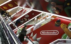 Nintendo prévoit de renouer avec les bénéfices au cours de son exercice fiscal qui a débuté le 1er avril, après deux années consécutives de pertes, la baisse du yen permettant de compenser des ventes moins bonnes que prévu de sa nouvelle console de jeux Wii U. /Photo prise le 23 avril 2013/REUTERS/Toru Hanai