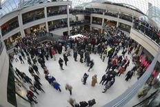 Dans un centre commercial, à Leeds. Les ventes au détail ont baissé en avril au Royaume-Uni pour la première fois en huit mois, selon une enquête publiée mercredi par la Confédération de l'industrie britannique (CBI). /Photo d'archives/REUTERS/Nigel Roddis