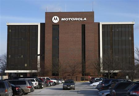 A car leaves the Motorola headquarters in Schaumberg, Illinois, February 3, 2009. REUTERS/John Gress