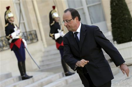 French President Francois Hollande walks back to the Elysee Palace in Paris, April 24, 2013. REUTERS/Philippe Wojazer