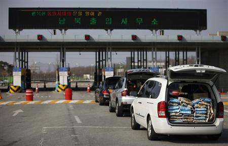 South Korean vehicles heading to the Kaesong Industrial Complex (KIC) wait to pass a gateway at the South's CIQ (Customs, Immigration and Quarantine), just south of the demilitarised zone separating the two Koreas, in Paju, north of Seoul April 17, 2013. REUTERS/Kim Hong-Ji