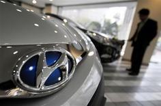 Hyundai Motor a vu son bénéfice net reculer de 15% au premier trimestre, un résultat proche des prévisions des analystes financiers qui s'explique par des perturbations dans la production et des effets de change défavorables. Il s'agit du deuxième recul des profits consécutif pour le constructeur automobile sud-coréen. /Photo prise le 25 avril 2013/REUTERS/Kim Hong-Ji
