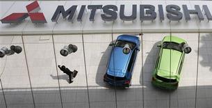 Mitsubishi Motors a réalisé un bénéfice net record de 38 milliards de yens (293,5 millions d'euros) sur l'exercice annuel clos fin mars, en hausse de 58,7% grâce à la baisse rapide du yen, à des réductions de coûts et à des subventions aux véhicules verts. /Photo prise le 25 avril 2013/REUTERS/Toru Hanai