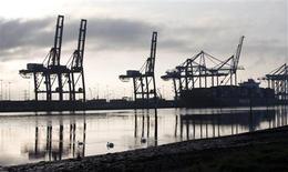 Sur le port de Southampton. L'économie britannique à évité sa troisième récession en moins de cinq ans et sa croissance a même surpassé les attentes au premier trimestre. La première estimation du produit intérieur brut sur cette période révèle une hausse de 0,3% par rapport aux trois derniers mois de 2012, alors que le consensus s'établissait à 0,1% seulement en moyenne. /Photo prise le 23 avril 2013/REUTERS/Eddie Keogh