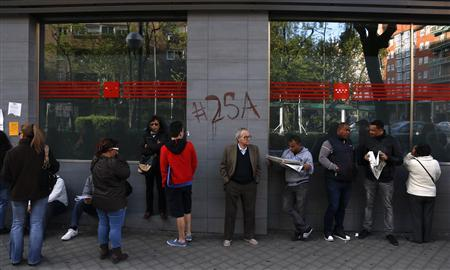 People wait in a queue to enter a government-run employment office in Madrid April 25, 2013. REUTERS/Sergio Perez